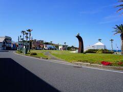 朝食前の散歩で昨夜スターウォッチングに来た野島崎を再訪 国道410号線沿いにある車10台ぐらい停められる無料駐車場やトイレのある野島漁港(メチャクチャこじんまりして小さな漁港です)まで南国ホテルから車で5分ぐらいで着きます 野島漁港横のロータリー沿いにはちょっとした食べ物屋さんが立ち並んでおり、国道に沿って数分歩いたところにも車20台ぐらい停められる無料駐車場があります