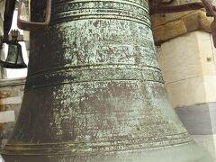 てっぺんにつきました。  ピサの斜塔は鐘楼なので、おおきな鐘が取り付けられています。