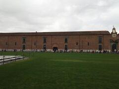 こちらの茶色い建物はシノピエ美術館です。  シノピエとはフレスコ画の下絵のことでこれらを展示した美術館となっています。