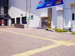 """渚の駅 たてやま ホテルをチェックアウトし車で20分強 駐車場横の""""渚の博物館""""前には さかなクンのマンホール蓋がありました"""