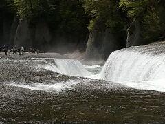 天気も良かったのでバスで吹割の滝に寄ってみました。 雪解けで水量も多く迫力があります。