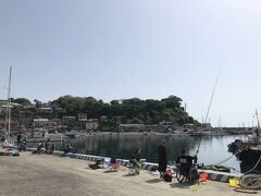 駅から15分、急な坂を下ると真鶴港。海釣りの人で賑わっていました。