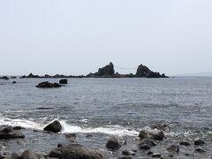 岬の先端、崖の上から海岸まで急坂を降りてきました。 干潮の時には三ツ石まで歩いて行けるようでした。