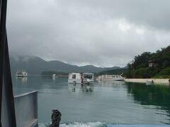 川平湾到着。 どんより曇っていてときより雨がちらついていました。