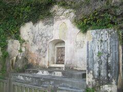 二つのお墓が見えてきました。  奥にある東室が尚寧王のお墓です。