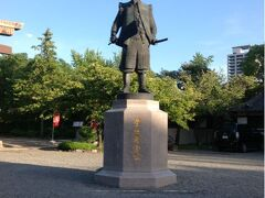 途中、大川という川を渡る時、酷く増水していることに気がつきました。 台風の影響でしょう。  大阪城公園駅で下車して、大阪城を目指しました。 途中、豊臣秀吉の石像?銅像?を見つけました。   ※ 銅像だそうです