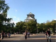 大阪城天守閣南側の桜門(正門)から入って、天守閣を遠くに眺めました。