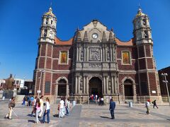 グアダルーペ寺院(旧聖堂)(Basilica De Guadalupe) 左端に教皇ヨハネパウロ二世像が見えます。