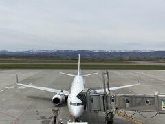 9:15到着。空港3階にある展望デッキに上がって乗ってきた飛行機を眺める。