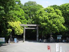 熱田神宮の裏側 正面へ横切らせてもらいました。 「宮きしめん」に行列ができていた。