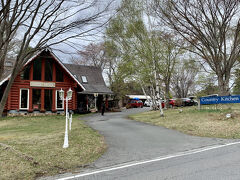 カントリーキッチンにも立ち寄りました。 最初に左の赤い方の建物に寄っていきましたが、こちらはレストラン・喫茶でした。