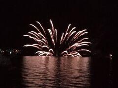 洞爺湖花火の特徴は、水上花火があること。  見慣れてないと少し驚きますが、自分は大好きです。