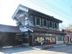 14:55 西陽を背にした「旧甲斐家蔵住宅」。 駅の観光案内所で、必見スポットの一つとしてマークして貰った蔵です。
