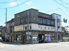 交差点のはす向かいの「若喜商店煉瓦蔵」。
