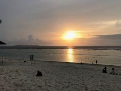 ホテルから歩いて数分の瀬底ビーチです。夕日がきれいに見れました。人もまばらなので安心して散歩できました。