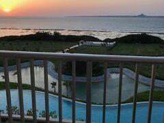 ヒルトン瀬底のベランダから見える静かな海、夕日は圧巻でした。