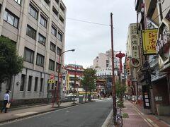 今日もJR根岸線関内で降りる 北ゲート玄武門から北門通りを抜け、正面突き当たり大通り入口の善隣門へ 左は加賀町警察署
