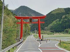 まずは、柳津虚空蔵尊です。柳津虚空蔵尊は、柳津の町の約1.5キロ南、国道45号沿いにあります。日本三大虚空蔵尊の一つです。赤い木製の大鳥居は、高さ10.5メートル、幅7メートルと東北一を誇っています。