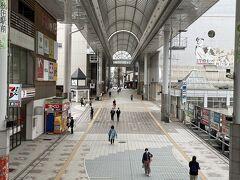 矢島駅には翌日の始発で行くことにして、とりあえず今日のホテルへ。アーケードの通りを抜けて行きます。