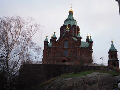 めざすのはここ、ウスペンスキー寺院。 赤いレンガのロシア風の建築。 ロシア正教会の聖堂で、福音ルター派のヘルシンキ大聖堂とはずいぶん趣が違う。 ウスペンスキー寺院というのはロシア風の呼び方らしく、Googleマップでは「生神女就寝大聖堂」と表記されていて、これはいったい何?とちょっと驚いてしまった。