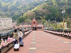さて、長崎に移動するためJRハウステンボス駅に向かいます。 駅に向かう歩道橋にも花が飾られ、きれいです。 駅舎もかわいいですね。