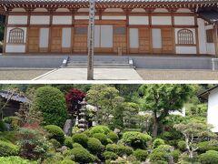 お茶屋さんから車道沿いに「豊泉寺」の看板のある曲がり角に歩き、坂を上がると、令和元年落成の新しい本堂に突き当たりました。この本堂の裏に、入間市の指定文化財の小さな庭があります。「ふせんじ」と読みます