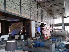 「メズム東京 オートグラフ コレクション」の16階のロビーフロアです。 天井が高く、開放感あるロビーフロアには、光の反射を促すアートワークを天井に設え、きらめく水面を表現しているとのことです。  「メズム東京 オートグラフ コレクション」では、「TOKYO WAVES」をブランドコンセプトに、東京の多彩な魅力と躍動感を五感で感じられるようなサービスやコンテンツなどの体験をお客様に提供している。