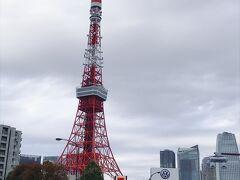 東京タワー至近のホテルであるザ・パークタワー東京。 駅からの道中も、通り過ぎるのがもったいないくらい近くで東京タワーを眺めながらホテルへ向かいます。  ちなみに電車の場合のアクセスは、浜松町駅、大門駅、赤羽橋駅、芝公園駅駅などを使って向かいます。都営線を使うのが便利です。