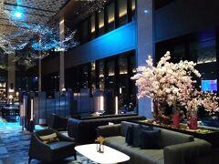 16階のロビーフロアです。 ロビーフロアは幻想的なミッドナイトブルーでライトアップされています。