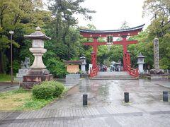 駅から歩いて15分位で気比神宮に到着です。前回行った時は赤い鳥居も工事中で見れなかったですが、今回は見れました。