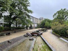 スタートは水面廻廊。枚方市から寝屋川市まで続く水路の一部が公園になっており、かつて淀川を行き来した三十石船のモデルが飾られています。春は桜がきれいな公園でもあり、お花見を楽しむ地元の方も多い場所です。