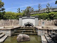 水面廻廊の隅にあるのが合同樋門跡。枚方市や寝屋川市を含む北河内(現在の大阪府北東部)を淀川の洪水から守り、畑や田んぼに水を提供するための樋管を1930年にまとめたものが合同樋門。その後、淀川改修により河底が下がり、ポンプ場が必要になったのでお役御免になったようです。