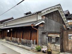 道を入ってすぐの左手にあるのが鍵屋さん。江戸時代は淀川を行き来する船を抱えた宿屋として栄え、その後は料亭として知られました。現在は、枚方宿の資料館になっておりますが、緊急事態宣言中は残念ながら閉館していました。