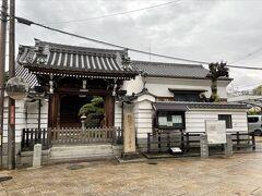 十字路を左に曲がり、突き当たりにあるのが浄念寺。本願寺が東西で分裂した後、西本願寺の本寺兼帯所として扱われ、西御坊と呼ばれ親しまれていました。