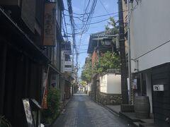 鍋茶屋通りから鍋茶屋を臨む。 このあと古町通りに進んで、古町花街が新潟経済を支えてた、その名残を嗅いできました。  (強風とちらほら降る雨に奮闘しております)