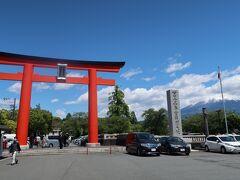 22<浅間大社二ノ鳥居> 5分ほどで浅間大社の二ノ鳥居に到着。右手に見える富士の山頂付近が雲に隠れているのがちょっと残念。