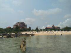 一旦アパートへ戻った後、天気も良いし泳ぎに行くか~!! という話になり、シギラビーチに到着。 二年前は一応水着を持参したものの泳ぐ機会が無かったので、 やっと南国らしいアクティビティに初トライします(笑) シギラビーチは宿泊者以外でも遊べるビーチでした。 駐車場とビーチ利用料は無料!! タイの離島で似た感じのビーチへ行ったのですが、 有料だったので、太っ腹だなぁ~と思ってしまいました(^^;)