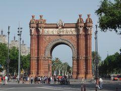サグラダファミリアから歩いて南へ。 バルセロナの凱旋門です。 パリのものは見たことはありませんがこちらは小さくとも優美さは変わりません。