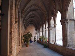 旧市街の横の道に入ると古い修道院がありました。 観光客はちらほら。