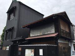 古い建築を利用したギャラリーだそうですが、残念ながら閉館していました。