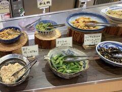 空いてる内にレストランへ行く。 食べ放題で1,650円。 野菜のお料理がたくさんあります。 ここの売りは野菜の天ぷらのようです。 目の前で揚げた天ぷらがいただけます。 私は特に甘口カレーや、トマトが濃縮されたようなイタリアンスープが美味しくて気に入りました。