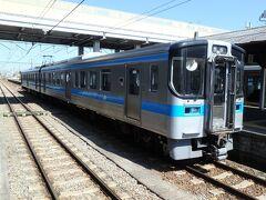 快速「サンポート 南風リレー号」としては観音寺駅で終了。この後は各駅停車として松山まで向かう。そして2両編成の後ろの車両を閉鎖して回送扱いにして実質1両で走るようだ。