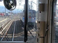 新居浜駅にて上り列車とすれ違い。ここで10分間の停車でトイレタイム。