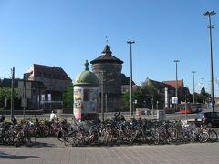 ニュルンベルク中央駅の正面に、美しいと評判の旧市街の街並みが広がっていました。 今回の旅では博物館巡りを優先したことと、翌日昼過ぎのフライトで帰国することになっていたため、ニュルンベルクの街歩きは次の宿題ということに。