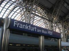 20時13分、定刻より9分遅れましたが、「ICE528号」はフランクフルト中央駅に到着。