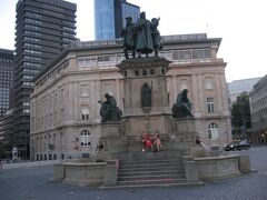 さらに東に歩いて、ゲーテ広場に到着。 活版印刷の父・グーテンベルクの像が出迎えてくれました。