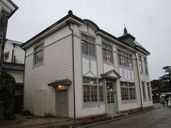 デニムストリートを出て倉敷川沿いに北に歩くとすぐに美観地区では珍しい洋館が見えてきました。この建物は倉敷館と呼ばれ現在は観光案内所として使われています。 元々は1917年に倉敷町役場として建築された建物ですが、1928年に倉敷町が岡山県内で二番目の市制を施行すると手狭になり市役所は別の庁舎へと移動しました。その後は荒廃してしまいましたが1971年から保存が始まり二度の解体修理を経て1990年から観光案内所として使われています。