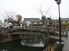 倉敷館の前にあり倉敷川に架橋されたこの石橋は中橋と呼ばれています。1877年に架橋された石橋で、それ以前は木橋が架橋されていたそうです。見たときに石橋にしては橋桁がずいぶん長いなと感じましたが、調べてみると日本の石橋では一番長いようですね。 今ではインスタスポットにもなっているようです。  ちょっと区切りが悪いですが、写真の枚数的にバランスが良いここでいったん切り、残りは後編で上げていきます。