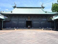 「杏壇門」を抜けた最奥に、堂々たる造りの「大成殿」が設けられ、殿内には孔子とともに孟子・顔子・曽子・子思の四賢人をお祀りしています。