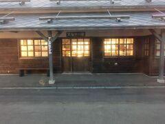 煌々と灯りがともる、立派な天塩中川駅。